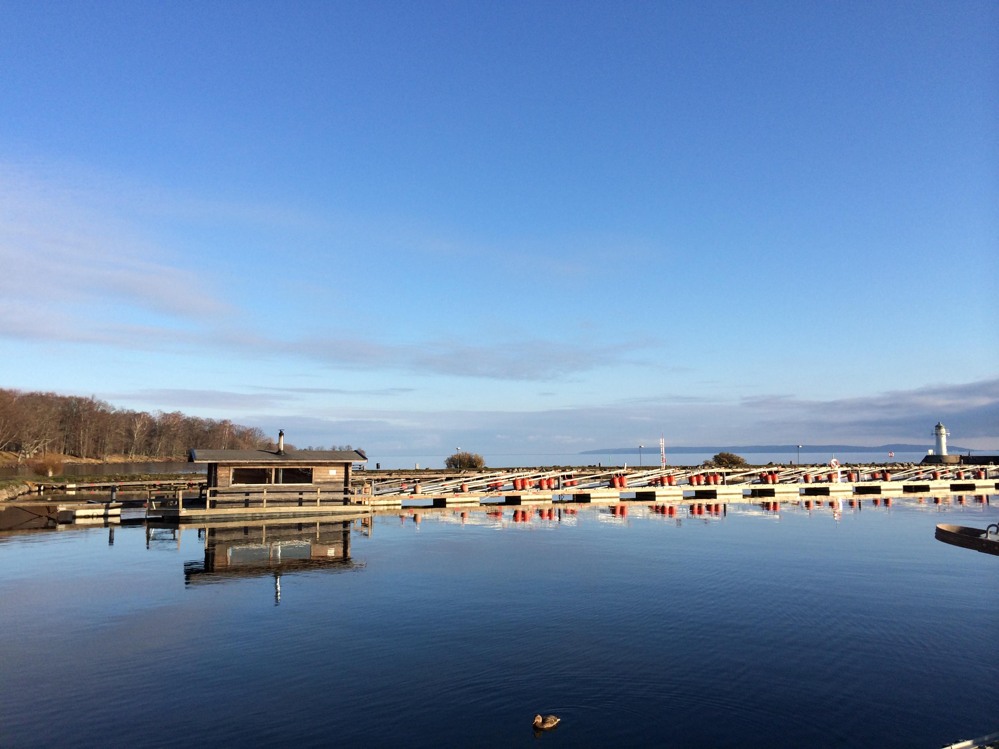 spegelblank i hamnen sjön vättern ligger spegelblank i hamnen vatten spegel hjo hamn