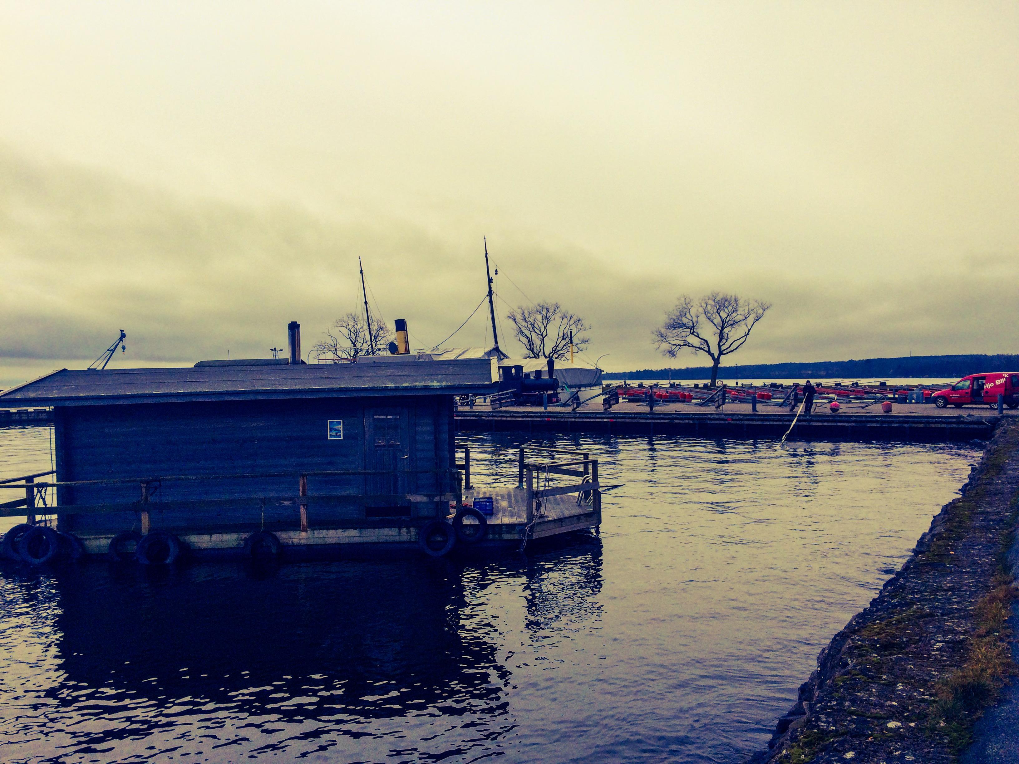 Hjo Flytbastu flytandebastu hjoflytbastu flytandehus hus flytande bastuflotte flotte bastu hamn hamnen placering flyttat flytt trafik restaurang bryggan David Davidsson